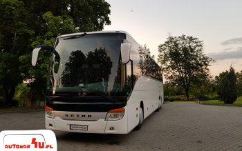Autobus SETRA pod hotelem