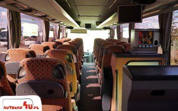 Widok od tyłu na wnętrze autobusu